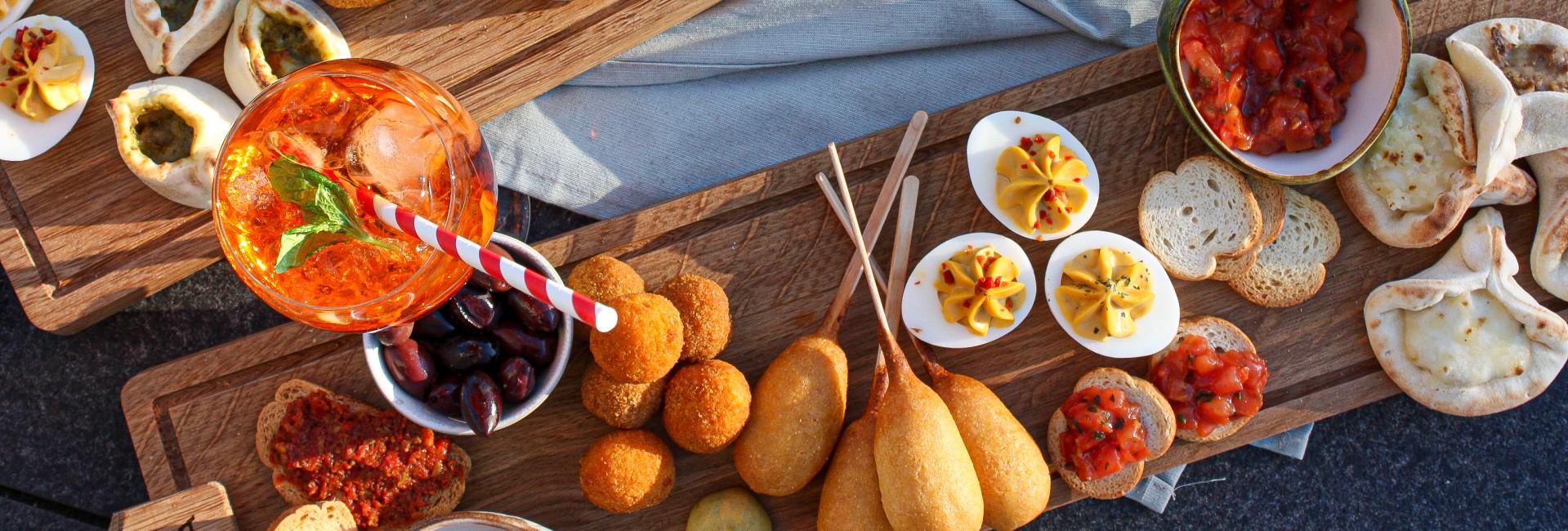 Borrelplank, gevuld ei, corndog, arancini